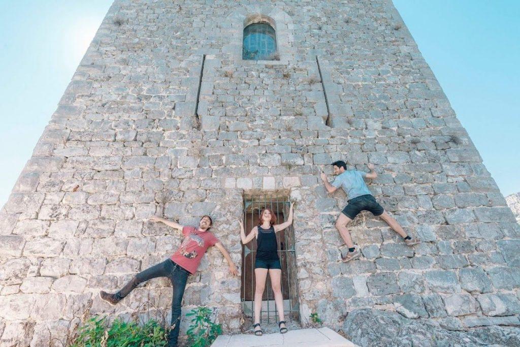 Pas de panique! Vous ne serez pas obligés de grimper la Tour médiévale à mains nues pour rencontrer les artistes...Action artistique lors des Journées du Patrimoine en septembre 2016